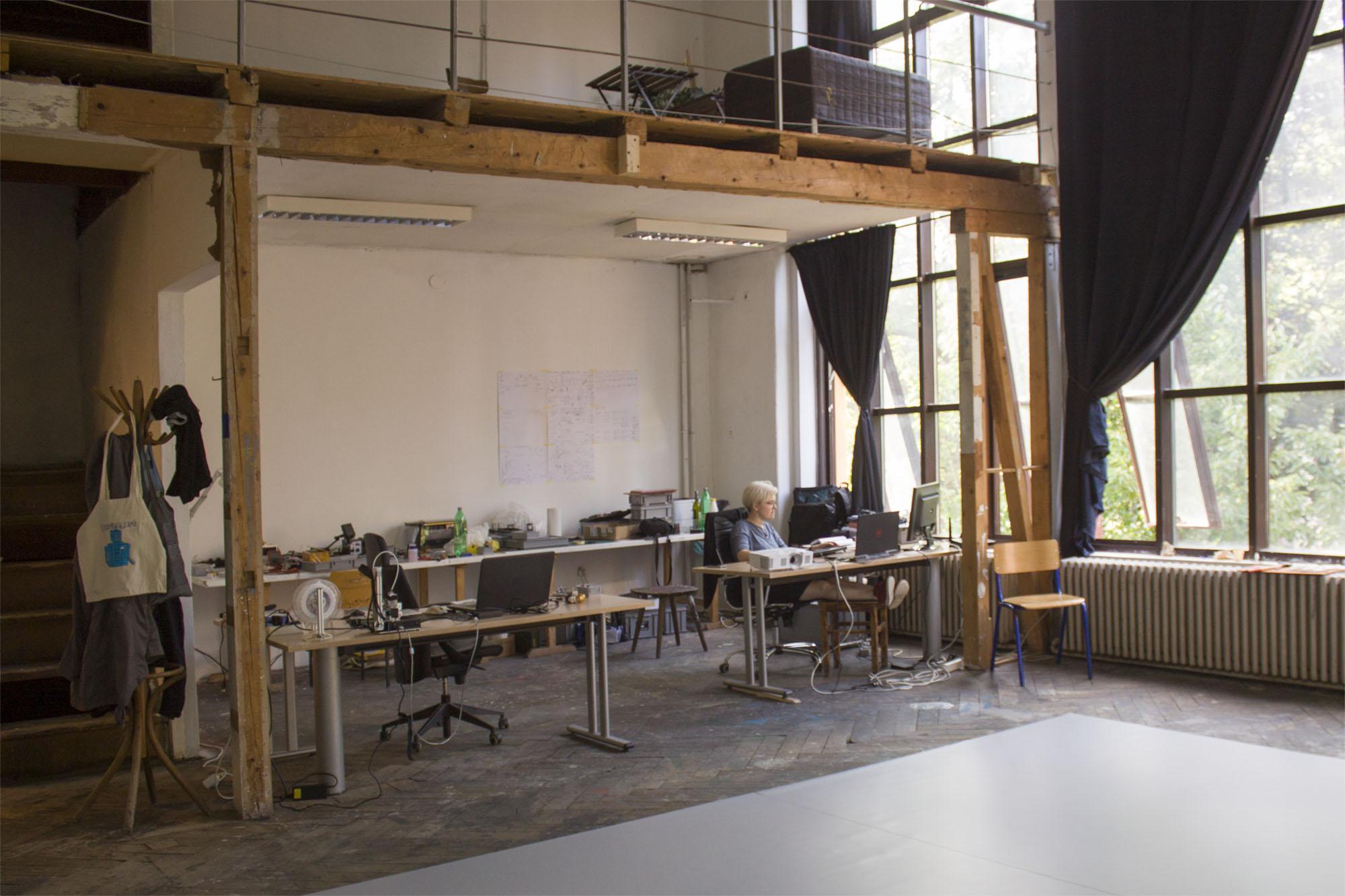 studio_sm_0002_katrin_at_the_studio